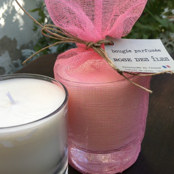 Bougie parfumée «Rose des îles» senteur rose vanillée dans son pochon de coton rose